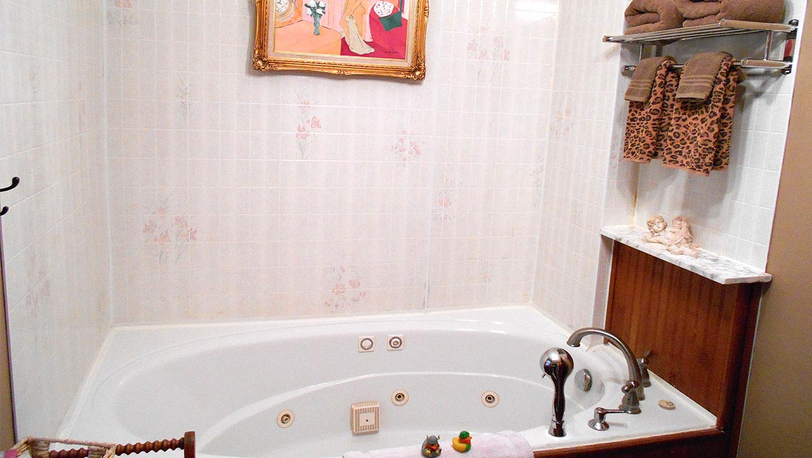 Eureka Springs Bed and Breakfast Bed and Breakfast Jacuzzi tub, Gabriel's Apartment